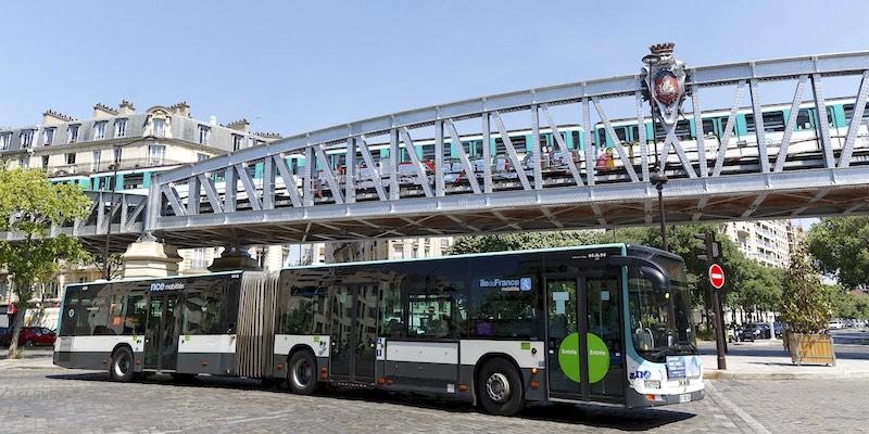 Articulated bus next to Metro bridge, photo by Henri Garat