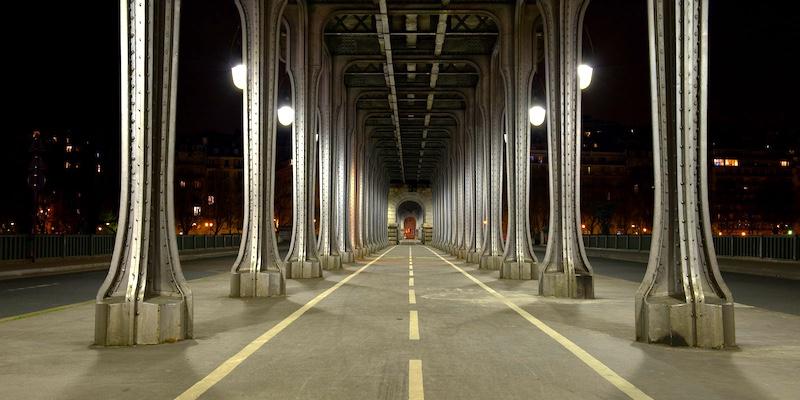 Pont de Bir-Hakeim columns at night